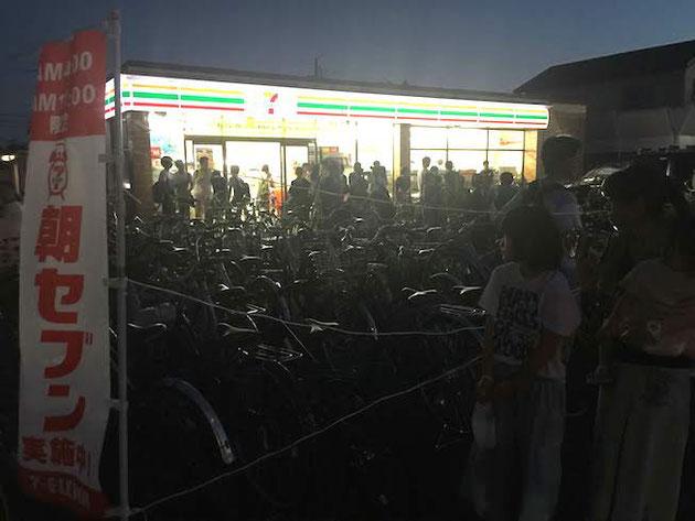 祭り会場近くのセブンイレブンは毎年凄い事になる。今年は特別に自転車スペースが出来ていました。