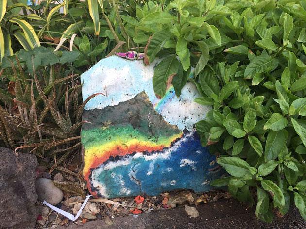 石にペイントされたワイキキビーチとダイアモンドヘッド