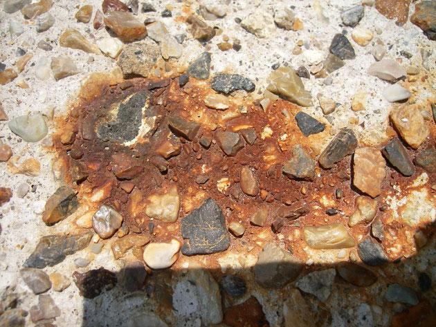 中心地には、表面の欠けた石が!!