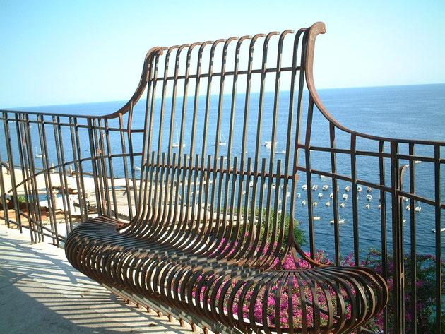 イタリア カプリ島で見つけたフェンスをかねたベンチ 青い海が見通せる素晴らしいデザインだ
