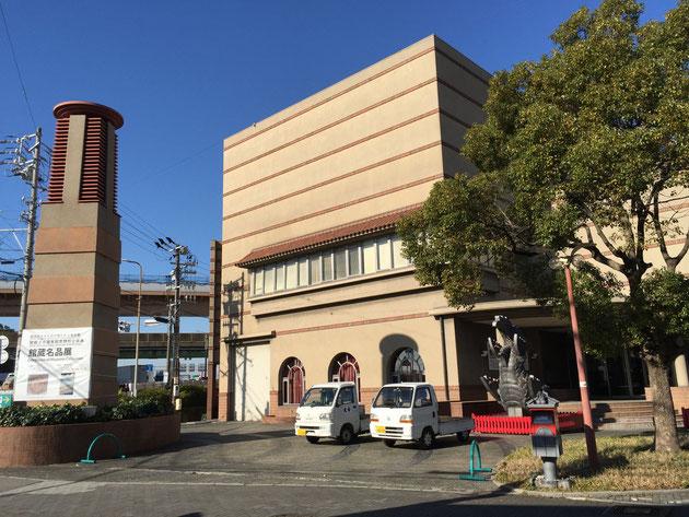 「高浜市やきものの里 かわら美術館」の外観。瓦やタイル・レンガなど「焼き物」で装飾されている。