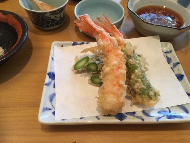 奥さんが頼んだ天ぷら定食。最初はエビとアスパラの天ぷらと紫蘇巻きしてある魚。