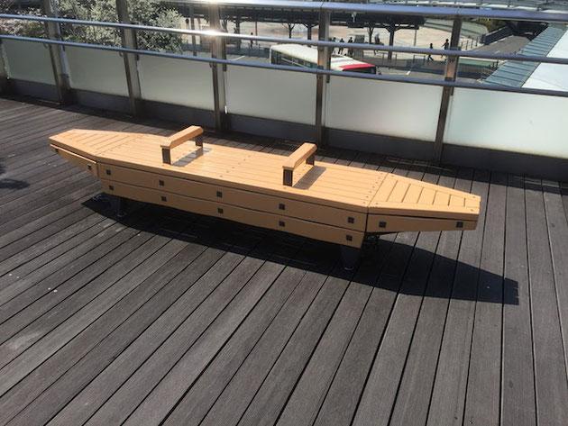 岐阜駅のロータリーで見つけた鵜飼舟型のベンチ。