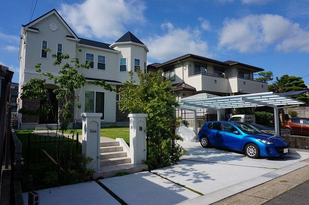U様邸ファサードエクステリア。車はゆったりと駐車でき、予備のスペースも。