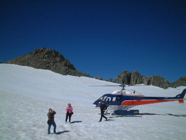 マウント・クックの山頂へ着陸したヘリコプター