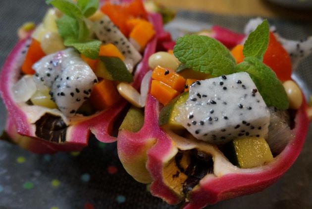 ドラゴンフルーツを器にしたサラダ。他の野菜はマリネしてあったので酸っぱかったが、ほのかに甘いドラゴンフルーツとよく合っていた。