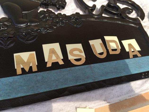 文字幅と文字間隔をマスキングテープに書き込んだら、文字の台紙の1/5くらいをカットする。