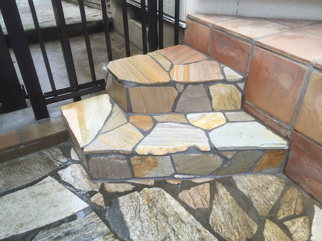 似たような石で階段を作りました。車に当たらないデザインで!