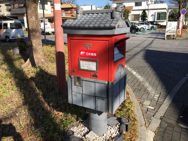 いつもお世話になっている郵便ポストも瓦屋根がついて純和風!!!