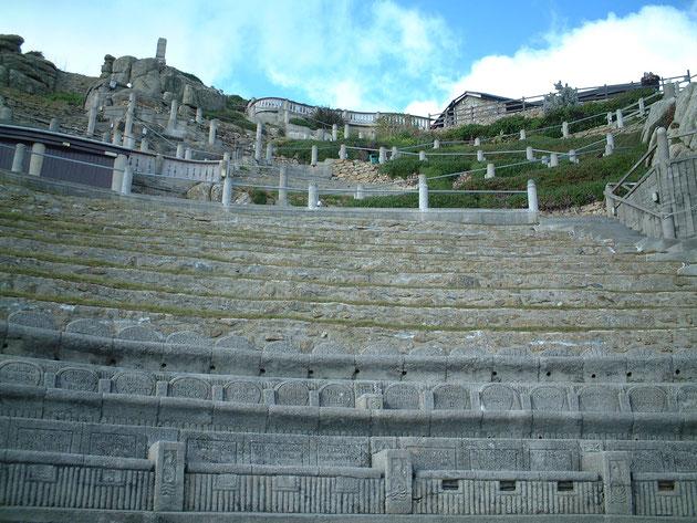 舞台に近い座席はモルタルで成型されているが、遠くは芝生に座る。このコントラストも柴ちゃん的には好きです。