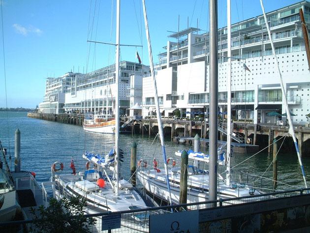 ヨットも盛んなニュージーランド 素敵な建物は客船を思わせるデザインだ