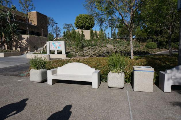 コンクリート製の植木鉢、ベンチ、ゴミ箱のオールスター