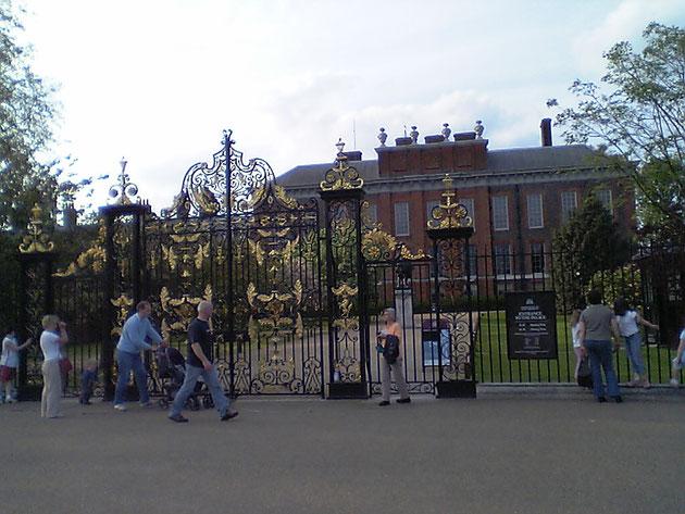 これまた凄く豪華なアイアンの門扉!!!金色が使ってあるとゴージャス!