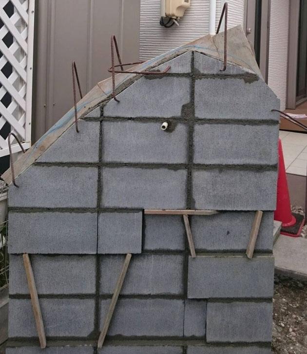 アンティーク仕上げ風のブロック壁の下地。まだまだこりゃなんだ?と言う状態ですが・・・