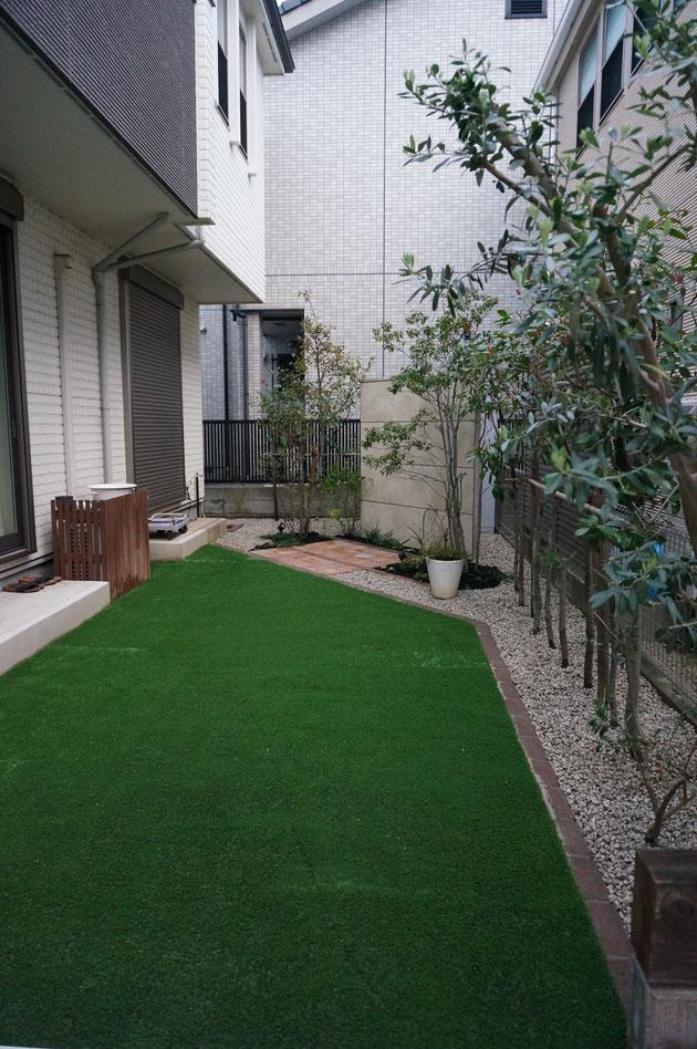 ワンちゃんと愛犬家に優しい高級人工芝のお庭