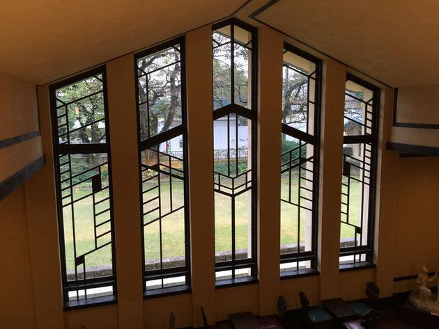 ホールの窓をライトの博物館から撮影した様子。
