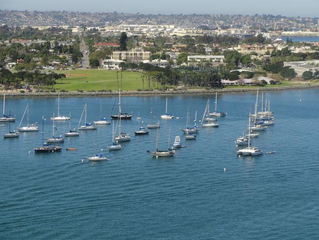 空港からそのまま初めの視察地コロナドへ 海にはヨットが浮かんでいます