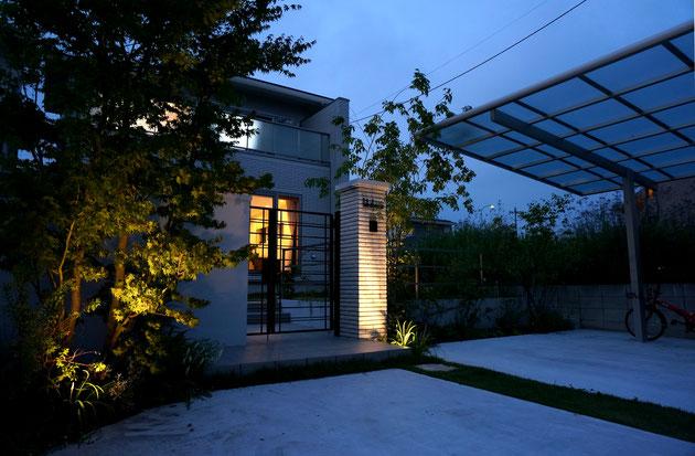 夜の風景もライトアップでしっかりとデザイン。
