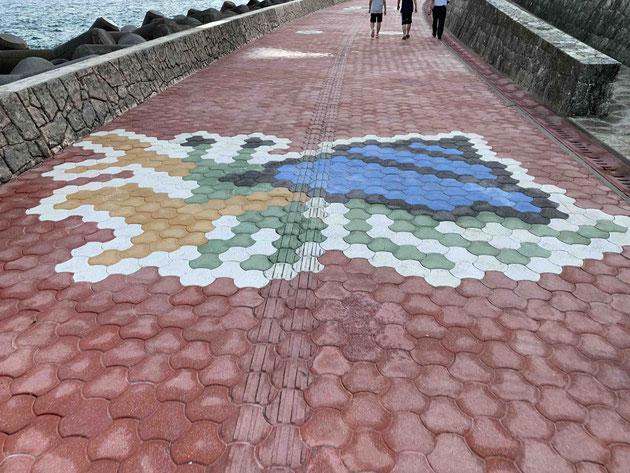 ぎのわんトロピカルビーチの遊歩道に描かれたヤドカリ