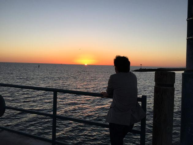サンセットを前に、黄昏れている風のブログ用写真を撮った柴垣