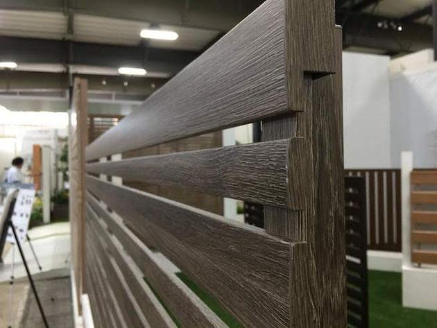 フェンスのディテールが細かくなった。端部キャップまで木目調で統一されました。