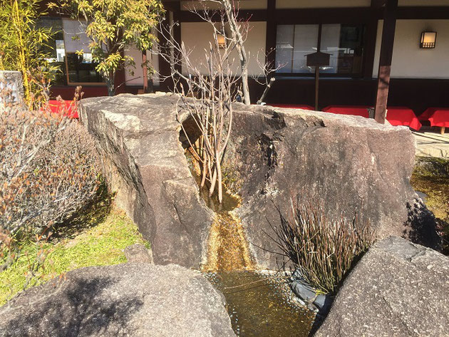 石の隙間から水が湧き出る!これは滝をあらわしている!