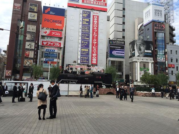 東京の新橋駅前の広場。SLが居る広場。ここはよくテレビなんかでサラリーマンにインタビューする所ですね。