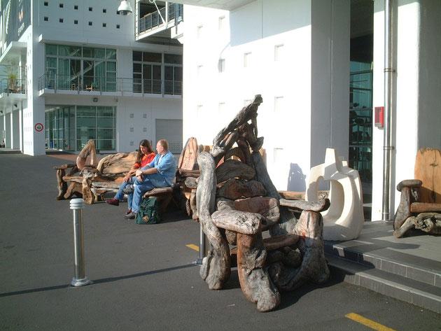 流木で作ったで有ろう椅子 凄い存在感だ(世紀末の覇者が座りそう)