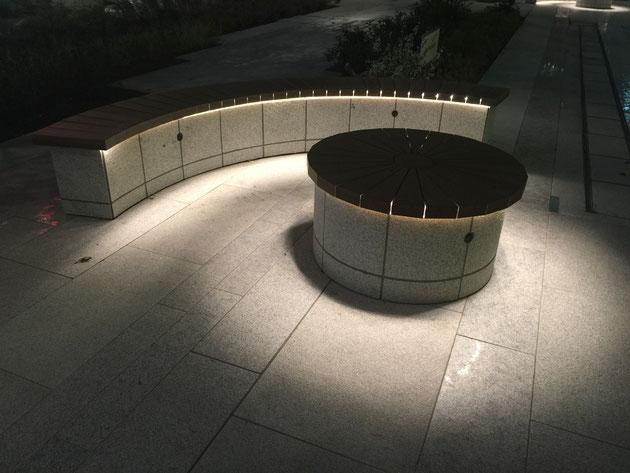 テーブルとベンチの座面に仕込んであるLEDライト。