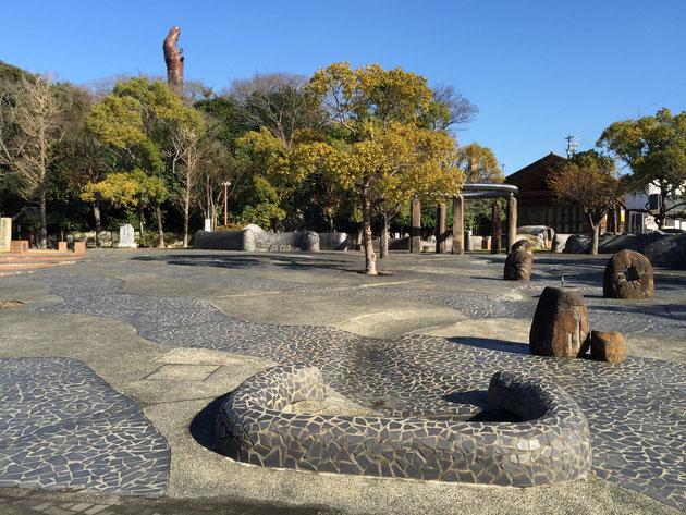 瓦美術館に隣接する森前公園は海原に見立てて、波や魚が表現されています。
