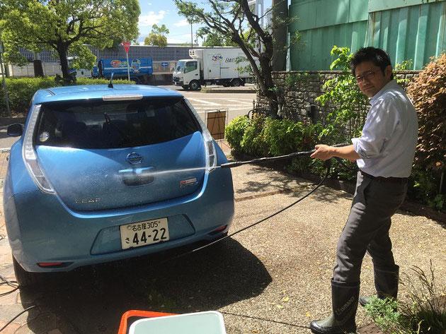 高圧洗浄機で愛車リーフを洗車するガーデンドクター柴ちゃん