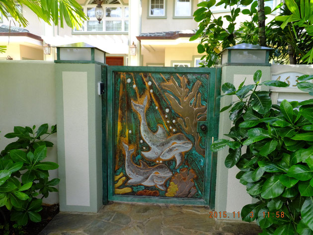 日本にはまず無い門扉のデザイン。地元のアーティストさんの作品だろうか?このような自由さは本当に素敵だ。