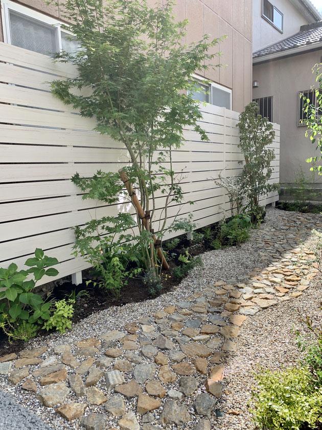 床のアプローチには割栗石を使って見た目に優しいお庭を