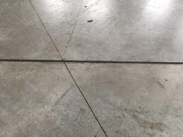 ナゴヤドームの床はコンクリート!割れ難くする為に目地を入れてあるが・・・
