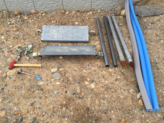 仮設の階段に必要な材料。鋼管で足場を作るような要領で階段を設置して行きます。