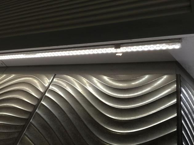 両脇からLED照明を当てる事でタイルの波模様が砂紋の様に見える。