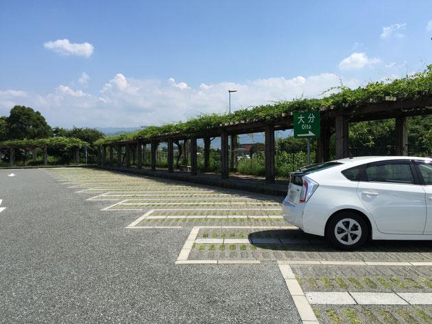 緑化パーキングを使って作られた駐車場があった山田サービスエリア。パーゴラの回廊が夏にピッタリ。