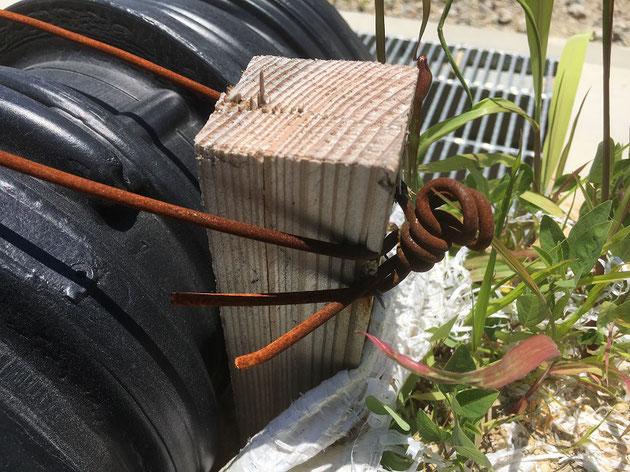 黒い管は針金でガッチリ固定されていました!