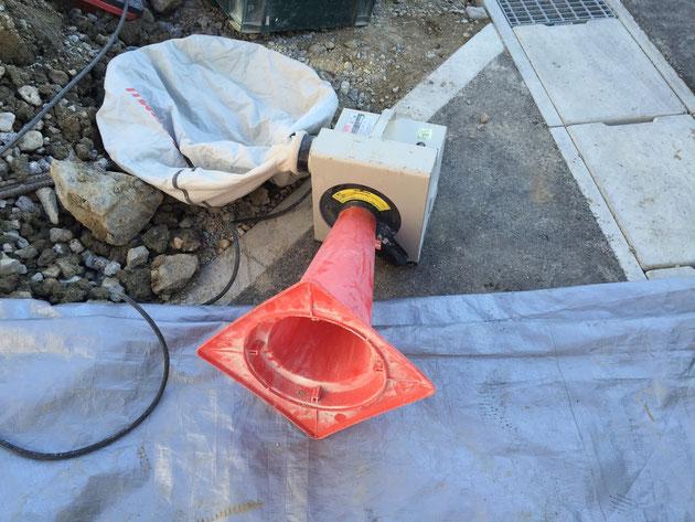ブロックやレンガを切断するときに必要となる集塵機。これを使いやすいようにカスタムしている職人さん。