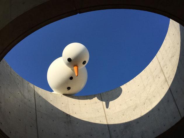 近代的なRCの建物からのぞく雪だるま?使途かと思ってびっくりした。
