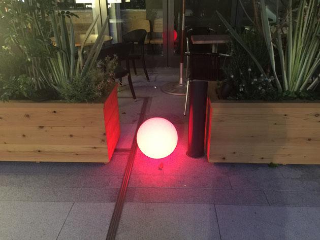 赤く光るムーンランプ。こんなの今まで見た事無いなあ・・・