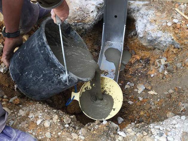 穴へむけてたっぷりとむ収縮モルタルを流し込みます。