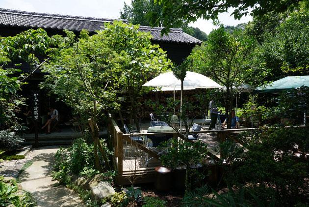 ウッドデッキの上でお茶を楽しむ事が出来るカフェスペース。自然浴出来る!