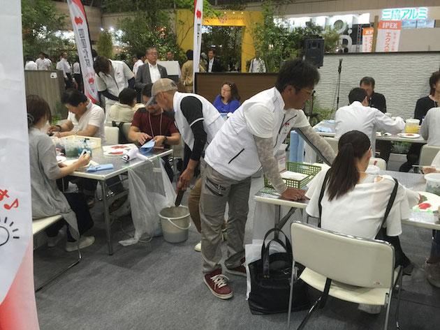 四国化成さんが行っていた一般客対象の仕上げ材の体験ブース。