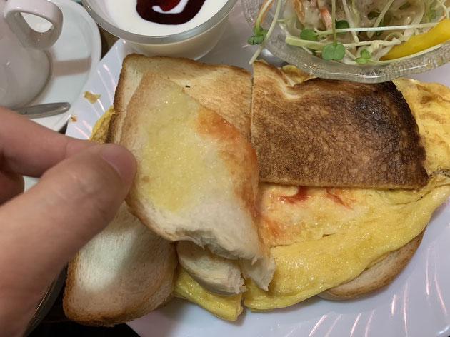2枚の食パンに挟まれた卵焼きはサンド!ケチャップマヨネーズ味最高!