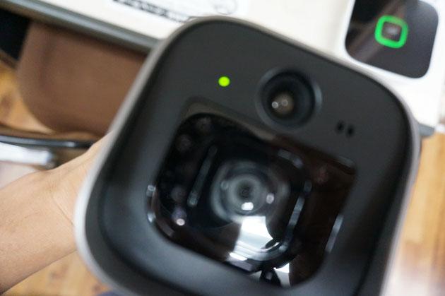 カメラの正面に緑色のランプがありました。これが状態点滅ランプか!