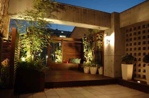 夜のライトアップはお庭に別の特別な雰囲気を与えてくれる