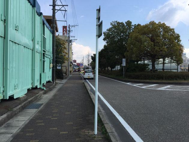 弊社すぐ手前にある一方通行の道路標識。これの根元がトップで使った写真だった。一見へ行きそうに見えるが腐食は始まっている。