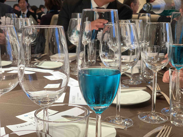 今年もYKKブルーのシャンパンで乾杯!