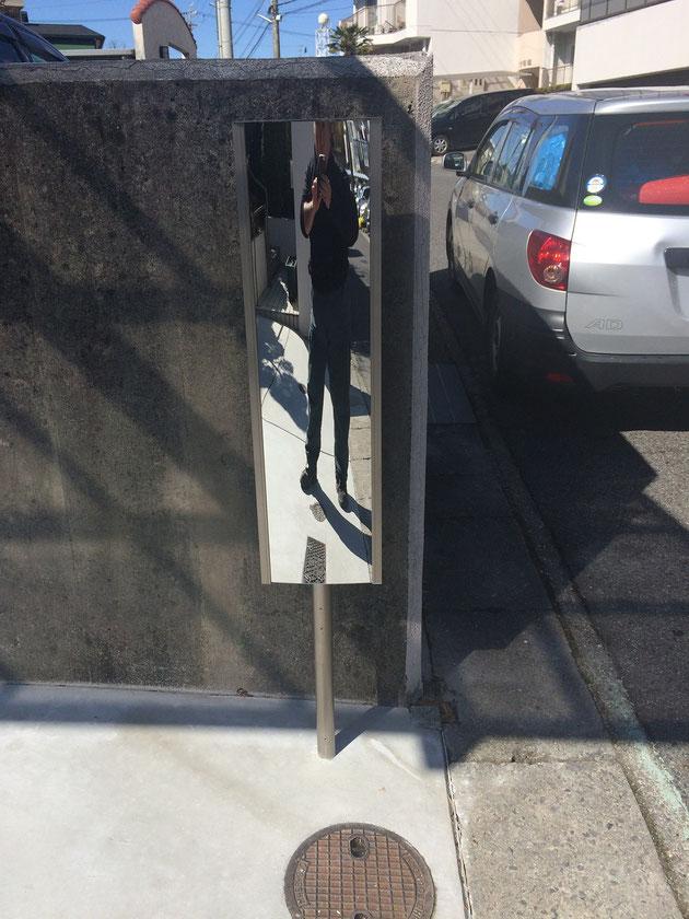 ポールタイプのフラットミラー!これなら壁に付けられなくても設置可能!